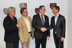 Michael Nassauer (2.v.r.) ist neuer Intendant der Philharmonie Südwestfalen. Landrat Andreas Müller (r.), Hilchenbachs Bürgermeister Hans Peter Hasenstab (2.v.l.) und Kulturreferent Wolfgang Suttner gratulierten ihm zur Wahl.